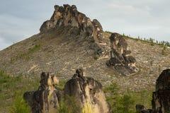 Colunas do granito nas montanhas imagens de stock royalty free