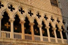 Colunas do palazzo em Veneza imagem de stock royalty free