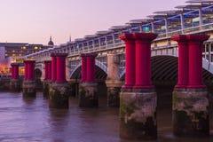 Colunas do roxo de Blackfriars Imagens de Stock Royalty Free