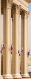 Colunas do teatro de Moscovo com bandeiras Imagens de Stock Royalty Free