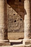 Colunas do templo de Aswan Philae cinzeladas com hieróglifos em Egito Afrtica imagem de stock royalty free