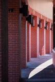 Colunas do tijolo vermelho que curvam-se em torno do caminho Fotografia de Stock Royalty Free