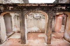 Colunas e arcos de pedra em um palácio velho Fotos de Stock Royalty Free