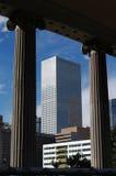 Colunas e arranha-céus Fotografia de Stock Royalty Free