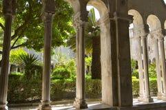 Colunas e jardim Fotografia de Stock