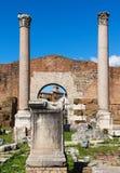Colunas e ruínas da basílica Aemilia no fórum romano fotografia de stock