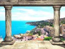 Colunas e vista superior em Nápoles e em mar Mediterrâneo, Itália Imagem de Stock
