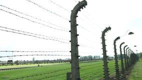 Colunas elétricas que obstruem o arame farpado do acampamento do concerto em Auschwitz Birkenau vídeos de arquivo