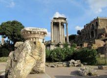 Colunas em ruínas de Roman Forum em Roma Fotografia de Stock Royalty Free