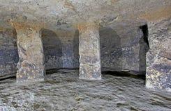 Colunas em um túmulo antigo, Tierradentro, Colômbia fotos de stock royalty free