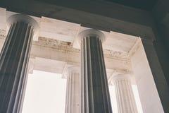 Colunas gregas em uma construção com céu imagens de stock