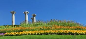 Colunas gregas no jardim Fotos de Stock Royalty Free