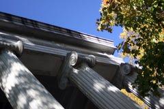 Colunas gregas no túmulo imagem de stock
