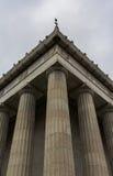 Colunas gregas no teste padrão vertical foto de stock