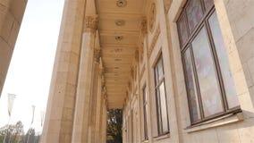 Colunas históricas bonitas Câmera no movimento Edifício elevado Raios de Sun Movimento lento ucrânia kiev 11 07 18 parque VDNH video estoque