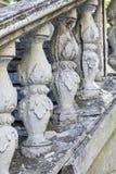 Colunas na escadaria velha trilhos fotos de stock royalty free