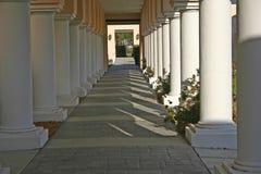 Colunas na luz do sol e nas sombras foto de stock