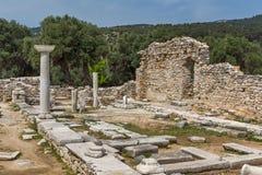 Colunas nas ruínas da igreja antiga no local arqueológico de Aliki, ilha de Thassos, Grécia Fotografia de Stock Royalty Free