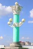 Colunas no fundo do céu azul ilustração royalty free