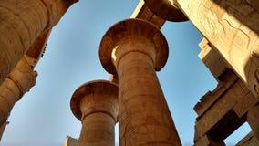 Colunas no templo de Karnak onde nós vemos hieróglifos fotografia de stock