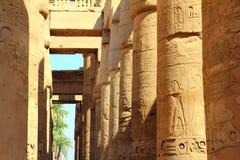 Colunas no templo do karnak imagens de stock