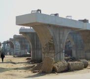 Colunas preparadas para a construção da linha railway sobre a ponte Gurugram Najafgarh estrada Deli NCR Índia no 7 de dezembro de imagens de stock