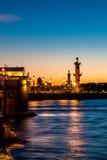 Colunas Rostral na seta da ilha de Vasilievsky em Saint-Petersbur fotos de stock royalty free