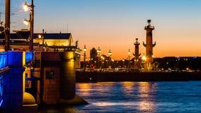 Colunas Rostral na seta da ilha de Vasilievsky em Saint-Petersbur imagem de stock royalty free