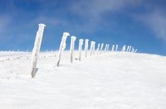 Colunas Snow-covered na parte superior da montanha Fotografia de Stock Royalty Free