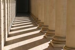 Colunas, sombras e luz imagem de stock
