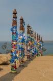 Colunas tradicionais de Buryat com fitas coloridas fotos de stock