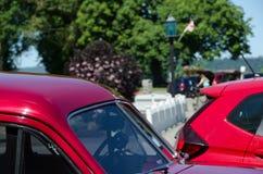 Colunas vermelhas de uns carros velhos e novos Fotos de Stock