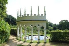 Colunata do jardim e lagoa do lírio de água Fotos de Stock Royalty Free