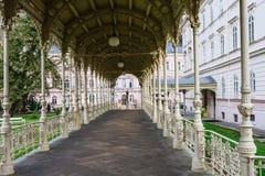 A colunata do parque servida no fim do século XIX, Karlovy varia fotografia de stock royalty free