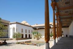 Colunata entre madrassas e mesquitas em Bukhara imagem de stock