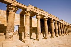A colunata ocidental que conduz ao templo do ` s de Philae do Isis imagens de stock