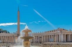 Colunatas e fonte do quadrado do ` s de St Peter no Vaticano Roma Imagens de Stock