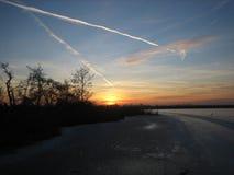 Colurful在冰湖冬天设置的太阳 库存照片