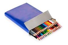 Colurful blyertspennor i en ask Arkivbilder