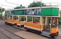 COLYTON DEVON, ENGLAND - AUGUSTI 6TH 2012: En orange och grön spårvagn sitter tomt i den Colyford stationen på den Seaton spårväg royaltyfria foton