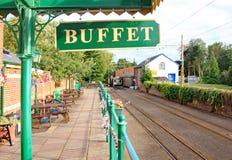 COLYTON DEVON, ENGLAND - AUGUSTI 6TH 2012: Stationsbuffétecknet och de tomma spåren på den Colyford stationen på den Seaton spårv fotografering för bildbyråer