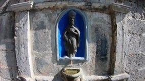 Colzate, B?rgamo, Italia Agua que sale a borbotones de la fuente fuera de la capilla de St Patrick San Patrizio en italiano almacen de metraje de vídeo