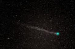Comète Lovejoy avec une tête verte et une longue queue images libres de droits