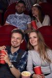 Comédie de observation d'ami et d'amie au cinéma ainsi que des amis Photos libres de droits