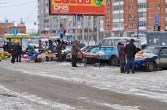Comércio desautorizado da rua na carne, bagas, mel Tyumen, Rússia Imagens de Stock