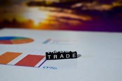 Comércio em blocos de madeira Conceito do crescimento da troca da economia do negócio do comércio imagens de stock royalty free