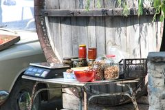 Comércio em porcas de Crimeia, adjika da borda da estrada, cogumelos Foto de Stock Royalty Free