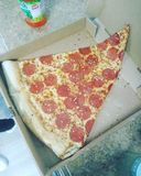 Comía un poco de pizza en D C con la cuadrilla imagenes de archivo
