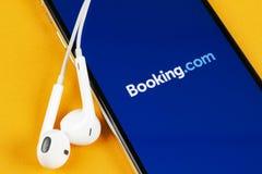 ?? com在苹果计算机iPhone x屏幕特写镜头的应用象 ??app? ?? com 社会媒介应用程序 ?? 免版税库存照片