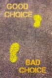 在边路的黄色脚步从坏选择到好挑选消息 com概念小雕象图象其它正确的常设文本 免版税库存照片